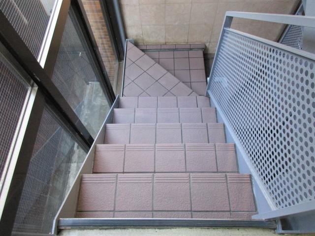 階段床タイル薬品洗浄後