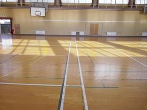 体育館床清掃前