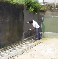 擁壁高圧洗浄中