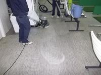 ゴルフ打ち放ち練習場カーペットクリーニング中