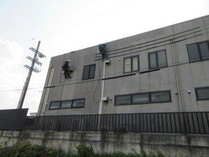 外壁塗り壁 ロープ クリーニング中