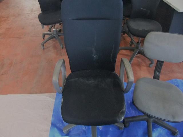 工場椅子油汚れクリーニング前