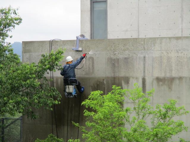 コンクリート打ち放し チェアゴンドラ高圧洗浄中