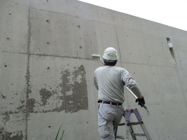 コンクリート打ち放し 光触媒塗布中