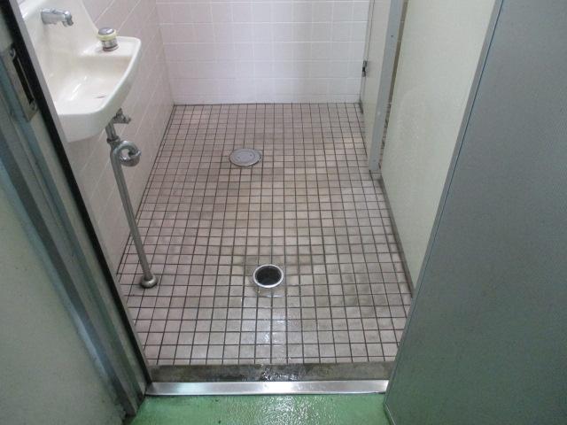 工場トイレ清掃前