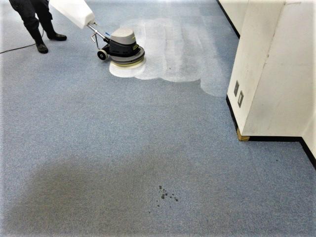 タイルカーペットクリーニング事例 けものみち除去洗浄中