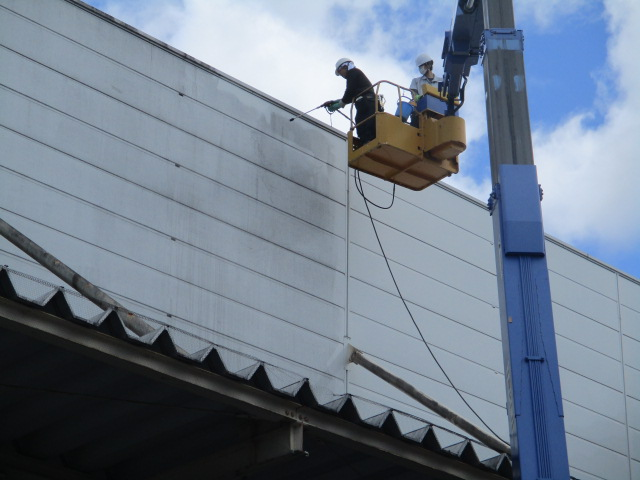工場 パネル 屋根 洗浄 高所作業車